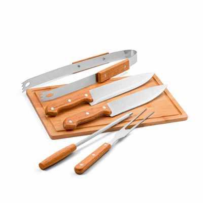 Kit churrasco. Aço inox e madeira.  Tábua em bambu e 5 peças em estojo de 210D. Food grade.  Estojo: 350 x 230 x 40 mm | Tábua: 300 x 200 x 12 mm - Nexo Brindes