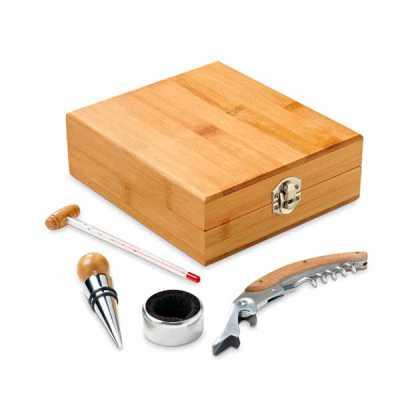 Nexo Brindes - Conjunto para Vinho Personalizado  Conjunto para vinho. Bambu e zinco. Saca-rolhas com canivete de sommelier, termómetro, rolha e gargantilha.  Medida...