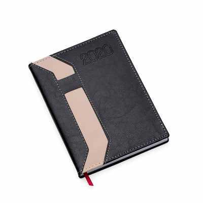Descrição: Agenda diária 2020 de couro sintético com suporte para caneta. Contém fita de cetim marca página, dados pessoais, calendário de 2019 à 2021... - Nexo Brindes
