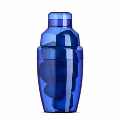 - Descrição: Coqueteleira plástica 230ml com gelo ecológico. Material colorido translúcido, possui tampa de encaixe com peneira e tampa protetora para b...