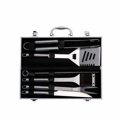 Nexo Brindes - Descrição: Kit churrasco 7 peças em maleta de alumínio com relevo. Possui: pegador, espátula, duas chairas, faca, escova para limpeza(acompanha protet...