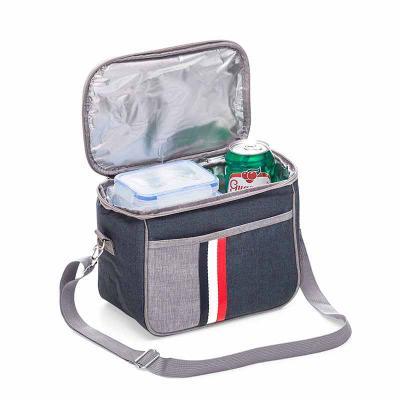 ecco-brindes - Bolsa Térmica Nylon Personalizada     Descrição: Bolsa térmica 7,6 Litros confeccionada em nylon, possui bolso frontal com detalhe colorido exterior;...