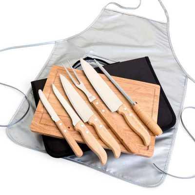 Descrição: Kit para Churrasco 8 peças com cabo em Bambu, laminas em aço Inox e avental. Acompanha tábua em bambu com canaleta, 3 facas de corte e uma... - Nexo Brindes