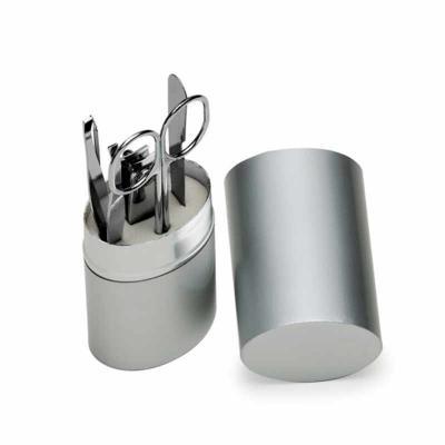 - Kit manicure 5 peças em estojo oval de alumínio. Possui lixa, tesoura, pinça, empurrador de cutícula e cortador de unha.  Medidas aproximadas para gra...