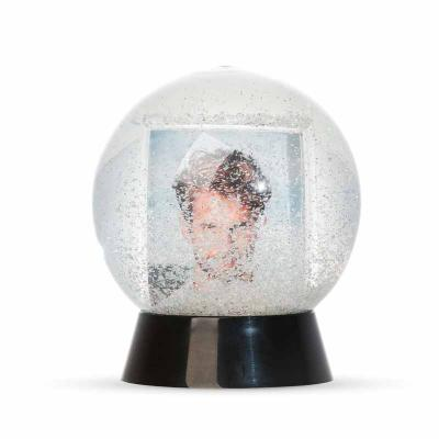 Globo de neve plástico com porta foto. Esfera plástica resistente com glitter na parte interna, b...
