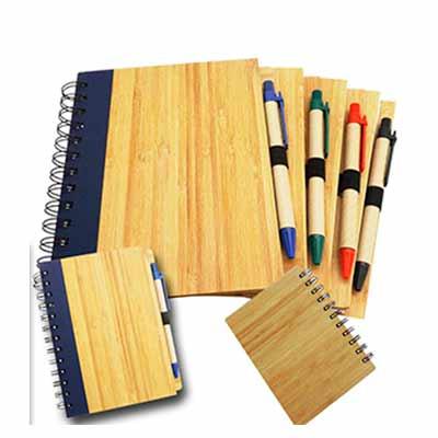 Fly Brindes - Bloco de anota��es com caneta e capa de madeira.