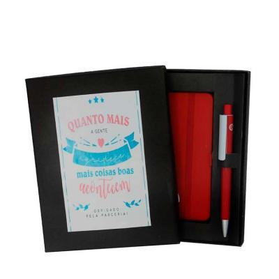 Kit contendo caixa em papel cartão com berço, incluso caderneta e caneta Medida da caixa: 19 x 15...