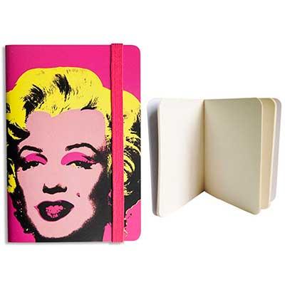 Guio Art - Caderneta capa mole, 80 páginas, sem pauta, papel Pólen, elástico, capa em Couché laminado (350g/m²), impressão 4 cores.