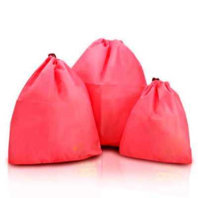 Organizador de mala, em forma de saquinho, produto impermeável, disponível em diversas cores de t...