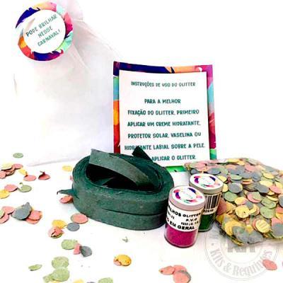 Composto por saco de organiza (tamanho: 15cm L x21cm A), contendo 2 rolos de serpentina, confete e 2 glitters personalizados nas tampas, card com inst... - Kits & Requintes