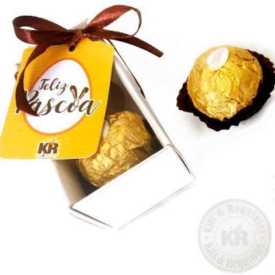 kits-e-requintes - Caixa Kraft ou Branca, com tampa em acetato transparente (tamanho 8cm C x 4cm L x 4cm A), fita colorida e Tag personalizada, contendo 2 bombons Ferrer...