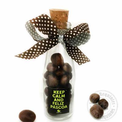 Kits & Requintes - Garrafinha com Dragees: garrafinha de vidro com 60g de dragees de uvas passas cobertas de chocolate ao leite. Fita colorida e etiqueta personalizada.