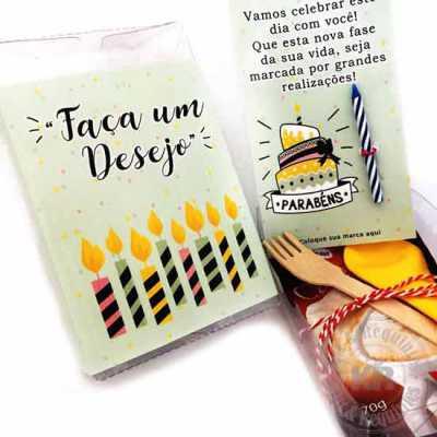 Kit Parabéns: caixa em acetato com rótulo (11cm A x 8cm L x 4cm A) personalizado, contendo 1 card personalizado (8cm L x 12,9cm A) e 1 vela. Acompanha... - Kits & Requintes