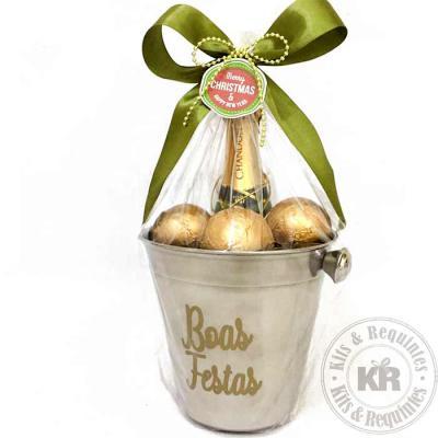 Kits & Requintes - Caixa em papelão rígido, mini Chandon 187 ml, 3 chocolates em formato de bolas de natal e 1 caixa de PVC com Mixed Nuts.