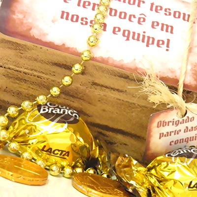 Baú de madeira personalizado, acompanha 2 bombons Ouro Branco e 3 moedinhas de chocolate. - Kits & Requintes