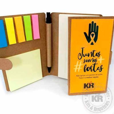 Caderneta Personalizada (15cm A x 10cmL) na capa, em kraft, com trava de fechamento. Contém 5 sti...