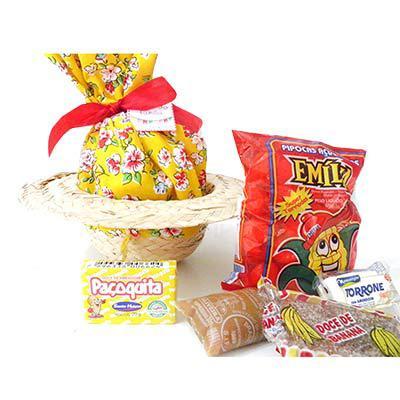 Chapéu de palha decorativo, com trouxa de tecido colorido (tom a escolher), contendo 1 paçoca 20g, 1 doce de leite chup chup 30g, 1 doce de banana, 1... - Kits & Requintes