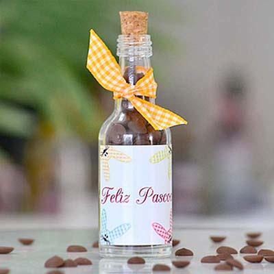 Kits & Requintes - Garrafinha personalizada com gotas de chocolates, embalada com fita xadrez na cor desejada.