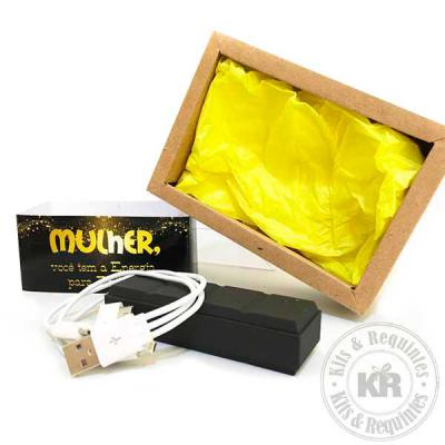 Power Bank com cabo USB em caixa craft, com tampa em acetato transparente, folha de seda na base e cinta personalizada. - Kits & Requintes