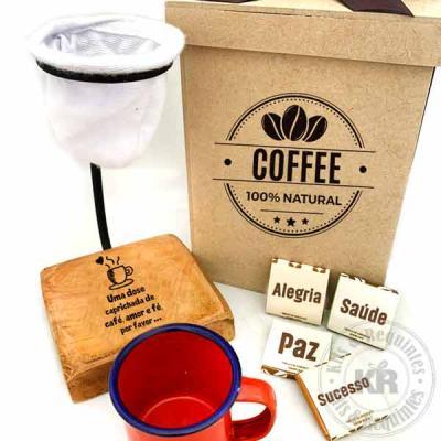 Caixa em MDF personalizada, contendo um coador de cafe de pano com base em madeira personalizada