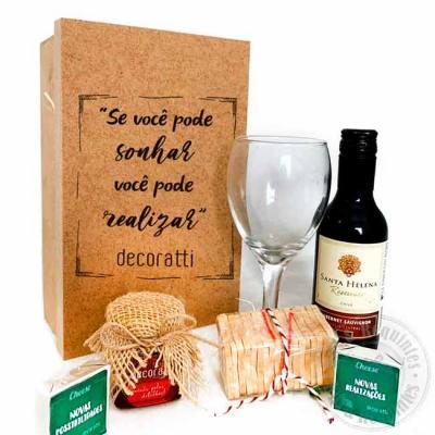Caixa de madeira com tampa personalizada, acompanha taça de vinho, geleia de morango em pote deco...