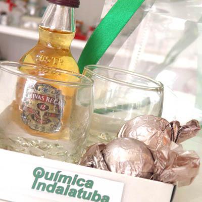 Kits & Requintes - Kit whisky com copos e trufas.