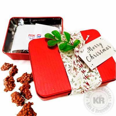 Lata de alumínio decorada com tecido e enfeite de natal, acompanha crisps de chocolate. Ótima opç...