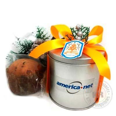 Lata de alumínio personalizada com mini Panettone. Decorada com enfeite de natal, fita e tag pers...
