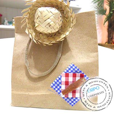 Sacola de papelão, decorada com tecido e minichapéu de palha, acompanha: doce de abóbora, pé de moleque, cocada, torrone pequeno e paçoca. Tag persona... - Kits & Requintes