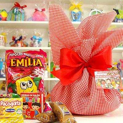 Trouxinha com doces variados, embalados em tecido xadrez, fita e cartão de agradecimento no tema da festa