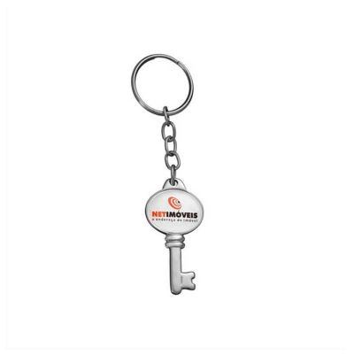No Ato Brindes - Chaveiro personalizado de metal no formato de chave, medida: 41 x 24 mm e personalizado com etiqueta resinada