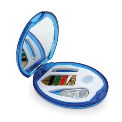 Direct Brindes Personalizados - Kit costura com espelho. Contém: Uma agulha, um enfia agulha, um botão, 4 linhas de cor e uma pregadeira. Consultar opção de gravação.