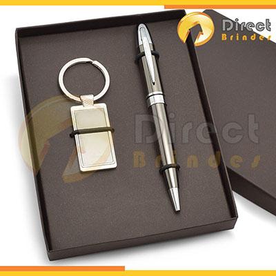 Kit Especial personalizado. Contém 1 chaveiro de metal + 1 caneta esferográfica, caixa cartonada e elástico para colocação dos produtos - Direct Brindes Personalizados