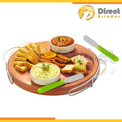 direct-brindes-personalizados - Kit Gastronomia Patê Fino Sabor 5 pçs, tábua de madeira, espátulas com cabo plástico e 2 potes de porcelana, embalagem em papel Kraft