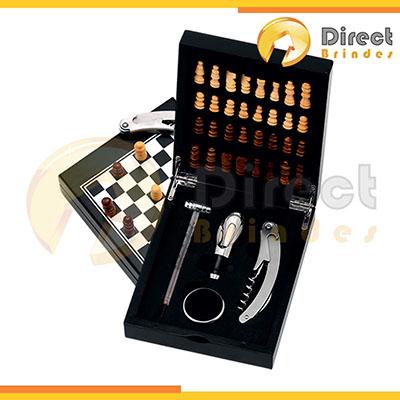 direct-brindes-personalizados - Kit vinho 4 peças com jogo de xadrez. Estojo de plástico resistente, peças em madeira, tabuleiro na tampa superior e acessórios para vinho em metal