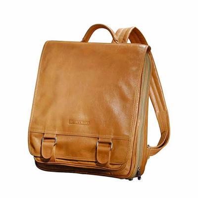 - Mochila personalizada, confeccionada em couro ou sintético, com forro em nylon, alça acolchoada e porta lap top