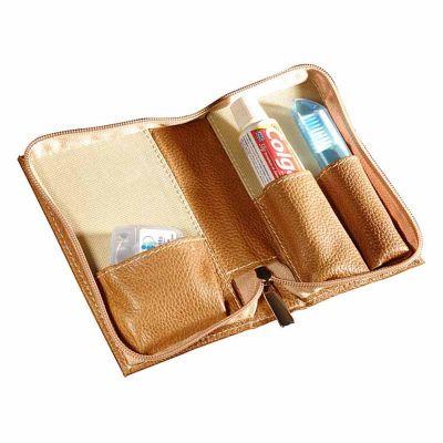 - Kit bucal personalizado, confeccionado em couro e sintético, contendo pasta, escova e fio dental.