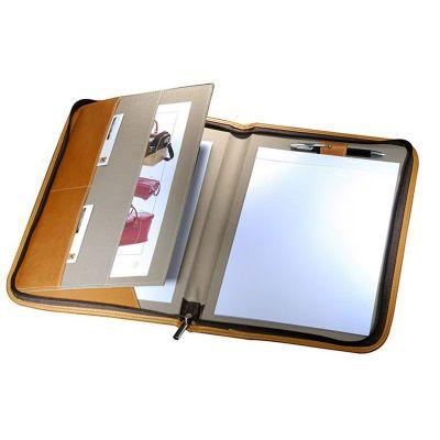 - Pasta convenção confeccionada em couro ou sintético, bloco, porta caneta e porta cartão interno. Medidas 35,5x 26 cm