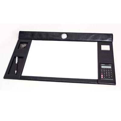 up-couro - Risque rabisque em couro ou sintético, com relógio, clips, calculadora, porta caneta e stick-notes. Medida 54,5x37,5 cm