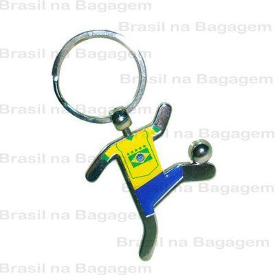 brasil-na-bagagem - Chaveiro de metal em formato de jogador, com uniforme e bola. Detalhe para a argola do chaveiro, super resistente