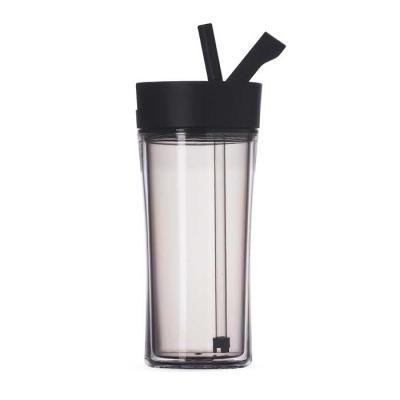 Copo plástico 500ml com tampa de bico. Material plástico cinza translúcido resistente e rígido, possui tampa rosqueável plástica na cor preta com supo...