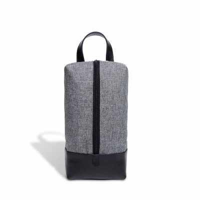 A necessaire em nylon linho cinza com zíper na vertical e parte inferior em couro possui amplo espaç...