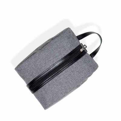 Necessaire em nylon linho cinza com zíper na vertical e alça para carregar, possui parte inferior...