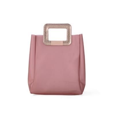 alvo-couros - Elegante e charmosa, a bolsa/sacola feminina emborrachada rosê com detalhes em transfer rosê, possui muito espaço para guardar seus pertences e alça d...
