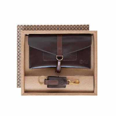 O kit feminino possui um porta celular em couro com fechamento em lingueta com botão, para guardar e proteger seus pertences, e um charmoso chaveiro r... - Alvo Couros