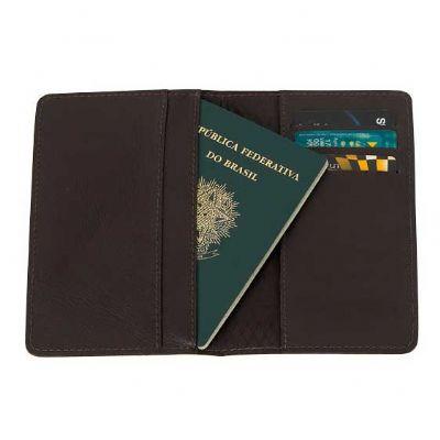 Porta passaporte de couro com espaço para cartões.