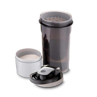 Coqueteleira plástica de 750ml com peneira, misturador e compartimento inferior para armazenament...
