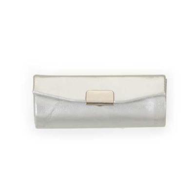 Porta batom em couro sintético prata com plaquinha de metal frontal com botão para abrir/fechar, possui um espelho interno. - Diferente Mente Brindes