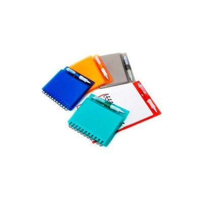 Caderno personalizado com caneta de plástico. Personalização em silk na capa