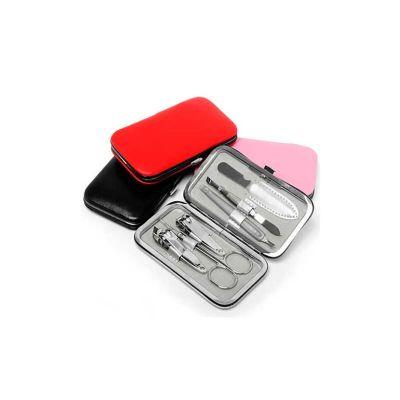 - Kit manicure personalizado com 6 peças em estojo de couro sintético. Com: 1 pinça, 1 cortador de unha, 1 cortador de cutícula, 1 tesourinha, 1 lixa e...
